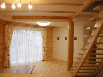 木の温もりを感じる南欧風住宅