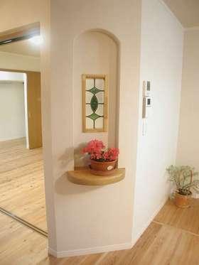 花に囲まれた自然素材の家