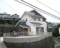 高台に凛とそびえたつモダン住宅