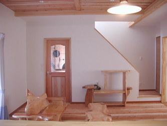木の温もりに癒される南欧風モダン住宅